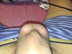 se masturba mientras su amiga le...