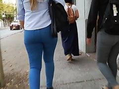 2 Culos caminando por la calle...
