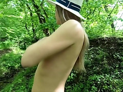 Голая в лесу у...