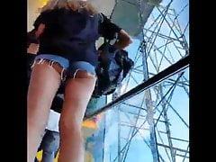 Two insane ass teens on escalator